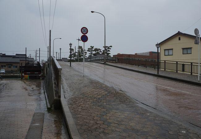 運河に架かった橋の中では