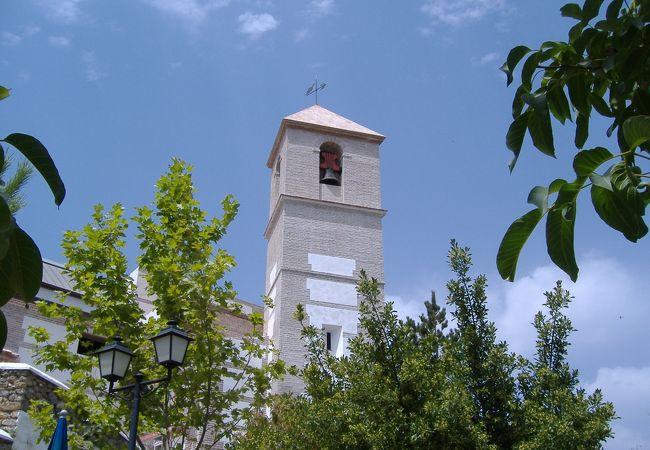 白い村の山上にあるかってのお城です。