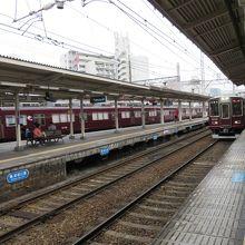 神戸と京都の間の移動では乗り換えが必要。直通電車なし。
