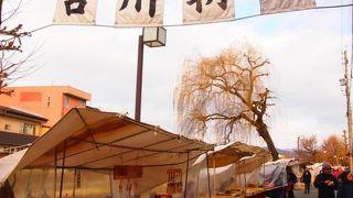 高山市内で、毎朝開催されている朝市。 地元の人も観光客も訪れます。
