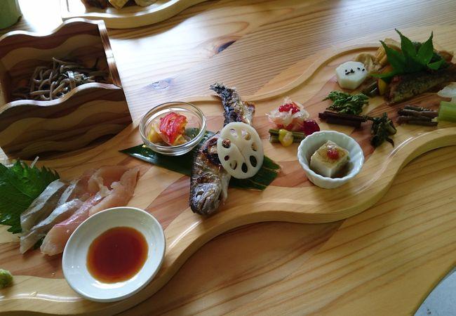 エメラルドグリーンの川辺で食べる岩魚料理