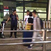 上海浦東国際空港到着ロビーでタクシーの声をかける空港職員らしき人物にご注意を!