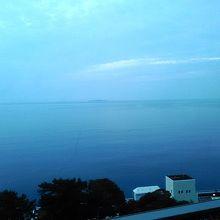 大島までは見えなかったのですが、初島が見えています
