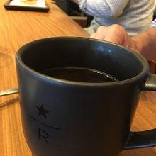 通常のコーヒーはリザーブバー用の黒いカップで提供されました
