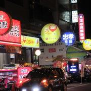 歩行者天国でない、車やバイクの走る大通りの夜市。美味しさは抜群、日本人いません・・