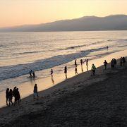 サンタモニカ・ピアの北側に広がる砂浜。夕暮れの風情よし。