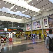 日本の駅ナカのようにフード街、ショッピング街、電気屋さんもあります。