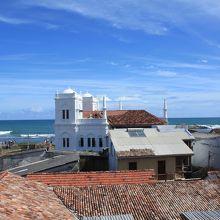 大聖堂のような白い壁の建物はモスク。よくみるとミナレットが。