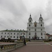 小高い丘の上に立つ教会