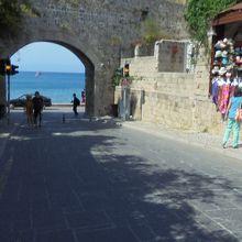 城壁を抜けるとそこは海。