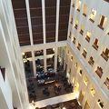 吹き抜けが印象的なホテル