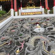 階段の真ん中のセメント彫りの龍がスゴイ