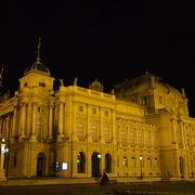 予想外に良かった建築物。夜間もきれい。