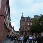 色々なお店が立ち並び、人通りの多い通り。