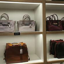 0393749393c4 特に、バッグは、アウトレット価格から更に30%引き、等、お徳ですし、女性向けだけでなく、男性向けもあるのでオススメです。