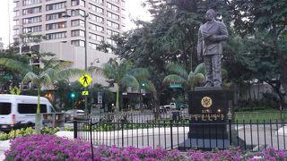カラカウア王銅像