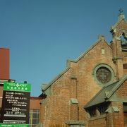 赤い煉瓦のおごそかな教会