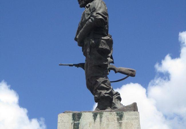 広々とした公園の中央、ゲバラの名言(常に勝利に向かって)の書かれた台座の上に巨大な立像がありました。