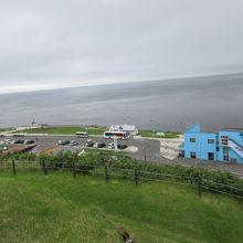 宗谷岬公園の上から見てもブルーの建物が目立ちます。