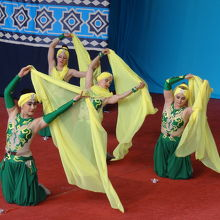 サーカスの始まり 民族衣装のダンスが素晴らしい