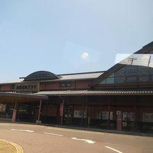 右側が駅、左側が観光交流プラザ。外にバスを待ベンチがあります