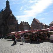 クリスマスマーケットが開かれる広場