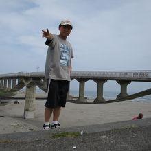 菊川の河口のかかる潮騒橋をバックに