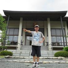 蓮福寺本堂の前で
