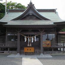 高台の上にある神社です。