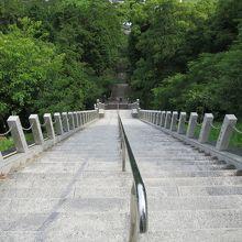 上から見た参道の階段(スゴイ急ですね!)