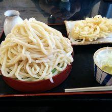 天ぷらうどん並の大盛りです。