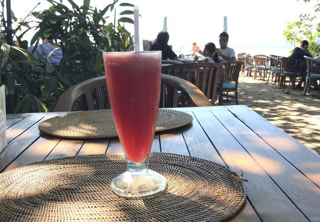 ビーチ沿いのカフェ