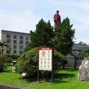 中央には銅像