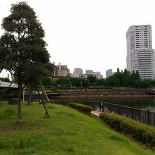 川の両岸にまたがっている公園です