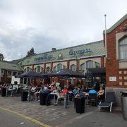 飲食店街と蚤の市