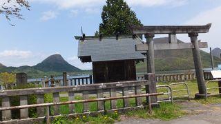 榛名湖ほとりの小さなお社。