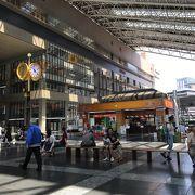 大阪駅なかの開放的なカフェ