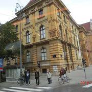 ザグレブ中央駅の直ぐ北にある金ピカの建物