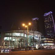 夜遅くまで営業しているショッピングセンターです。