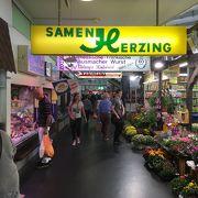 チーズ、パン、野菜などの食品のお店が揃っています。