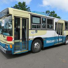 バスは古いです。