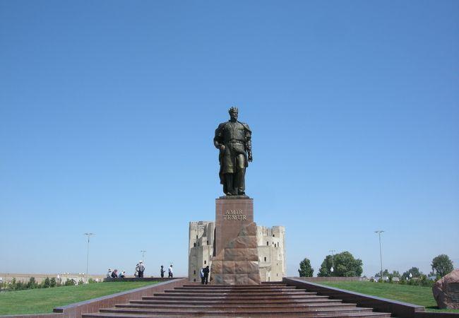 ここのティムール像は立っています。