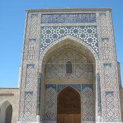 一つのモスクと二つの廟
