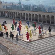 アッシジのサン フランチェスコ広場は、サン フランチェスコ聖堂前にある石畳で覆われた広場で、周りに回廊が巡らされており、訪れた時には広場に現代的なモニュメントが展示されてありました。