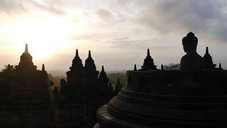 密林に囲まれた世界最大の仏教遺跡