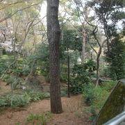 御殿山の傾斜を利用した庭園
