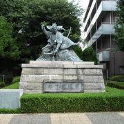 歌舞伎九代目市川團十郎の力強い銅像です。