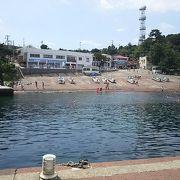 夏には遊泳もできる初島港