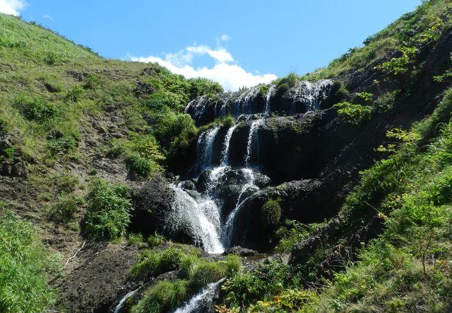 海のすぐ近くにこんなに大きな滝がっ!