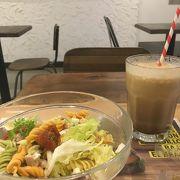 街中ですぐに見つかる黄色い看板のカフェチェーン